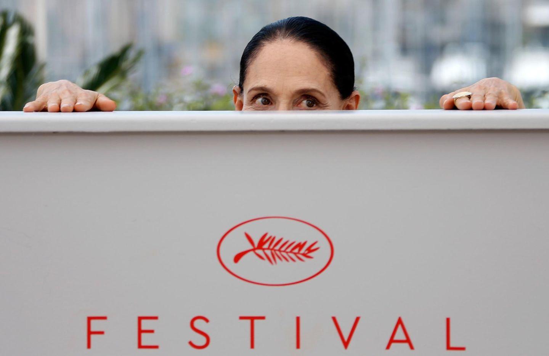 Huch, wer lugt da hervor? Es ist Schauspielerin Sonia Braga, die den Fotografen die Arbeit erschweren möchte.