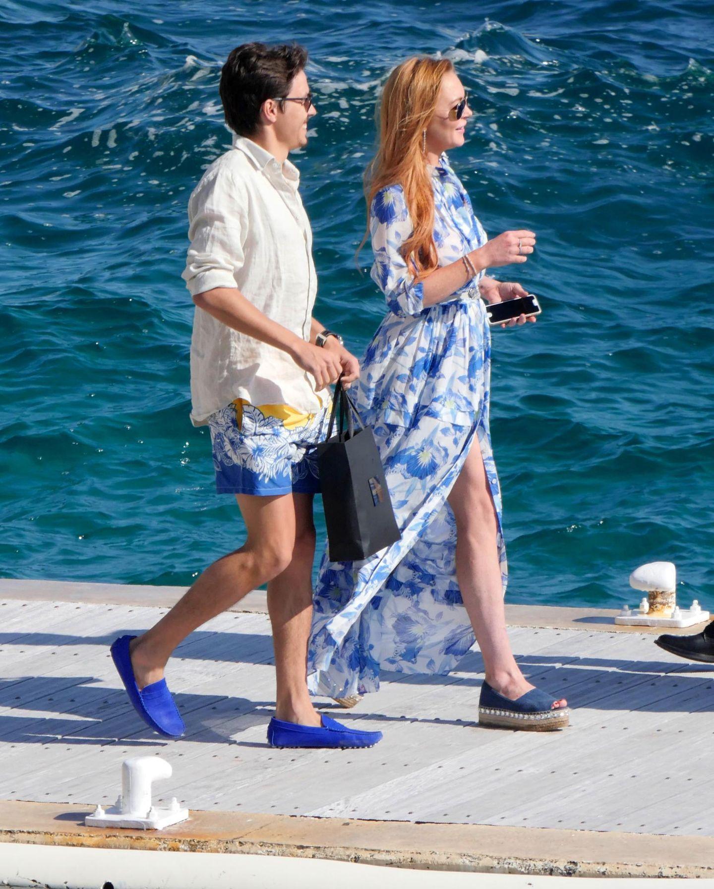 Sichtlich entspannt kommen Lindsay Lohan und ihr Freund Egor Tarabasov beim Hôtel du Cap-Eden-Roc an.