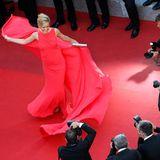 Petra Nemcova verzaubert in ihrem roten Kleid die Fotografen.