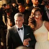 """George Clooney hat seine Amal fest im Griff. Bei der Premiere von """"Money Monster"""" strahlt das Paar und zeigt sich ganz innig."""