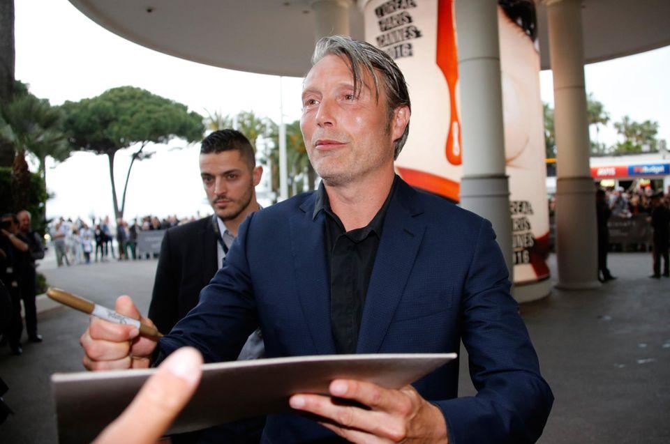 Jury Mitglied Mads Mikkelsen nimmt sich Zeit für seine Fans und gibt erstmal Autogramme.