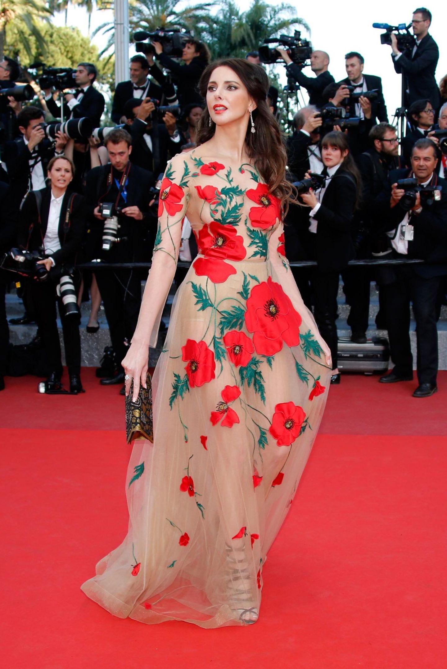 """Frederique Bel erscheint zum Film """"Julieta"""" in einem wunderschönen Blumenkleid."""