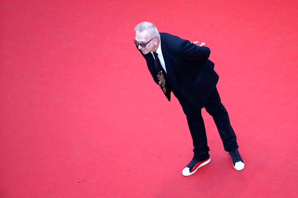 Modedesigner Jean-Paul Gaultier hat den roten Teppich für sich alleine und nutzt die Gelegenheit anders zu posen als alle anderen.