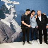 """Der Sännger Sadek und die Schauspieler Rachid Djaidani und Gerard Depardieu präsentieren den Film """"Tour de France""""."""