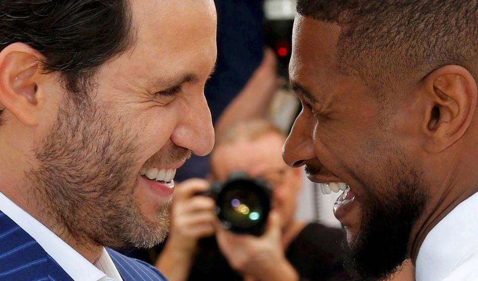 Das sind nach Männerfreundschaft aus: Usher und Edgar Ramirez blicken sich tief in die Augen.