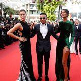 Gleich mit zwei wunderschönen Ladies eingerahmt, stellt sich Formel 1 Rennfahrer Lewis Hamilton den Fotografen.