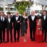 """Die Regisseure Jean-Pierre Dardenne und Luc Dardenne posen mit dem Cast zum Film """"La fille inconnue"""" (The Unknown Girl)."""