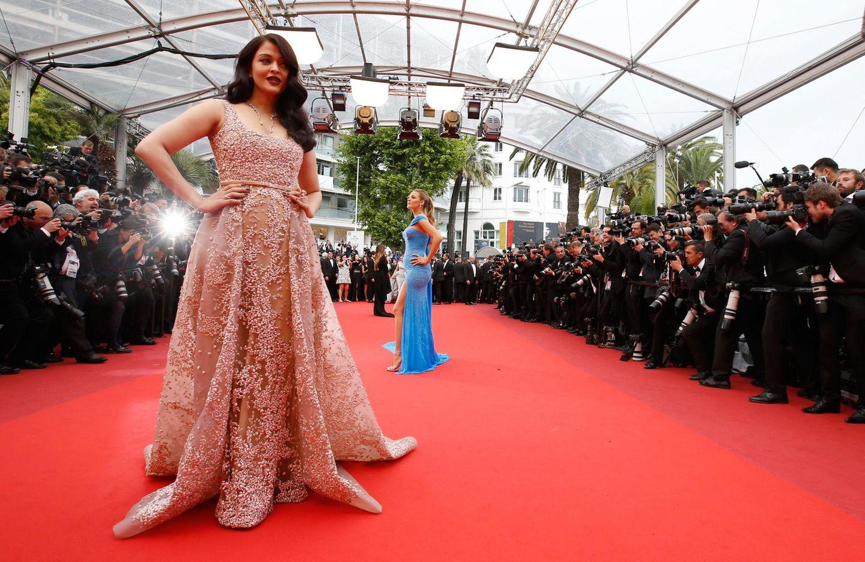 Aishwarya Rai und Blake Lively stellen sich den Fotografen.
