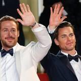 """Ryan Gosling und Matt Bomer grüßen bei der """"The Nice Guys""""-Premiere die Fans."""