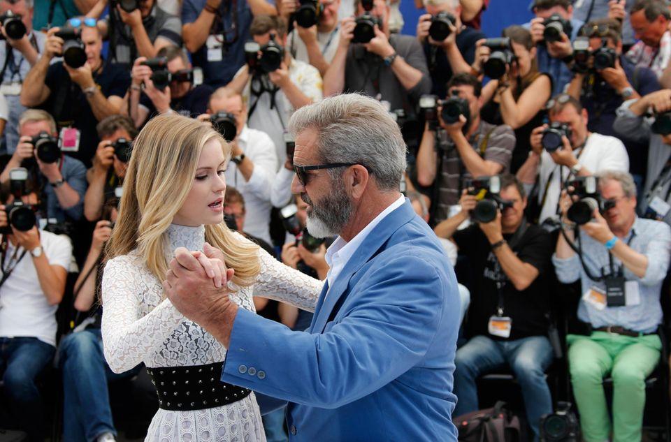 Mel Gibson und Erin Moriarty wagen ein kleines Tänzchen.