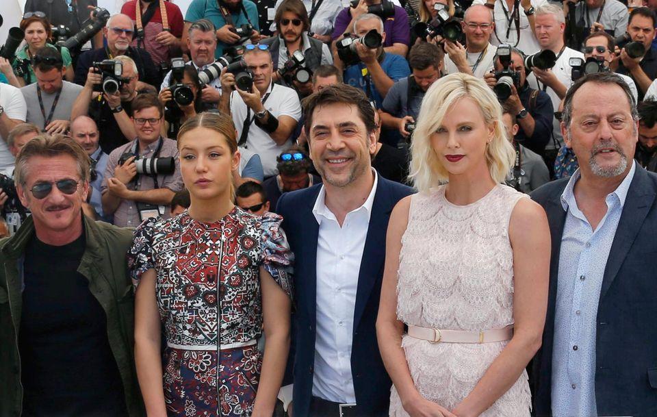 """Sean Penn und Charlize sind das erste Mal wieder gemeinsam in Cannes, diesmal als Ex-Pärchen mit vielen Kollegen dazwischen. Sean Penn, ganz links, Schauspieler Adele Exarchopoulos, Javier Bardem, Charlize Theron und Jean Reno promoten gemeinsam den Film """"The last Face"""". Allerdings würdigen sie sich die beiden keines Blickes."""