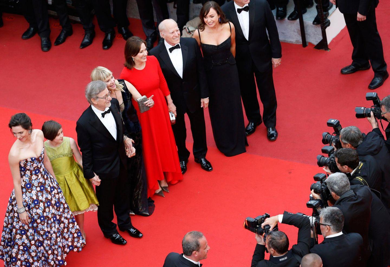 """Die Cast von """"The BFG"""" um Regisseur Steven Spielberg versammelt sich auf dem roten Teppich."""