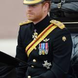 """Weniger pelzig als sein Bruder, dafür aber umso adretter genießt Prinz Harry in schwarzer Ehrenuniform die """"Trooping the Colour""""-Parade."""
