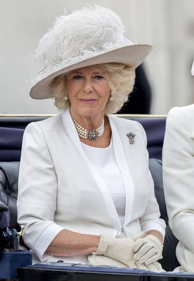 So schnittig das Kostüm von Herzogin Camilla, so tuffig ist ihr weißer Hut mit Federn. Dieses Modell hätte durchaus etwas mehr Eleganz vertragen können.