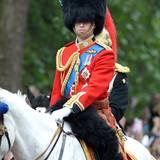 """Wie auch sein Großvater Philip trägt Prinz William die Uniform der """"Grenadier Guards"""" bestehend aus einer leuchtend roten Jacke, schwarzen Hose und Bärenfellmütze."""