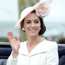 Eleganz trägt einen Namen: Herzogin Catherine kombiniert ihr umwerfendes, cremefarbenes Ensemble von Alexander McQueen mit einem ebenso eleganten wie blumigen Hut und auffälligen Ohrsteckern.