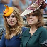 Leicht skurrile Hutkreationen haben bei den Schwestern Prinzessin Beatrice (links) und Prinzessin Eugenie ja Tradition. Kleider und Mäntel in gedeckten Farben federn den Kopfschmuck jedoch gekonnt ab.