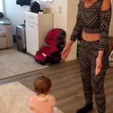 Für das gemütliche Spielen mit Töchterchen Sophia schlüpft Daniela Katzenberger in ihren Zweiteiler im Ethno-Muster.