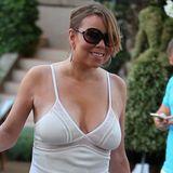 Im Urlaub lässt es Mariah Carey entspannt angehen: Ohne BH shoppt die Sängerin im St. Tropez. Dass sich ihr Busen unter dem dünnen Stoff ihres Sommerkleides abzeichnet, beeindruckt Mariah so gar nicht.