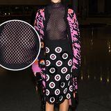 Wenn Stars zur Fashion Week reisen, haben sie meist mehrere im Vorhinein aufeinander abgestimmte Outfits im Gepäck. Schauspielerin Jamie Chung scheint bei diesem Look allerdings ein Detail vergessen zu haben, nämlich ihren BH.