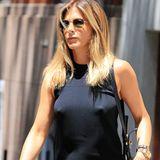 Während sie in New York unterwegs ist, trägt Jennifer Aniston unter ihrem schlichten schwarzen Kleid offensichtlich keinen BH.