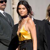 Kendall Jenner steht gerne im Mittelpunkt: Das gelingt ihr bei ihrem Auftritt in der Jimmy Kimmel Show im goldenen Spitzentop ohne BH ohne Probleme.