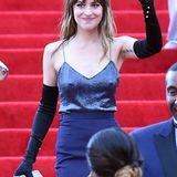 Dakota Johnson zeigte bei der Met Gala 2014, dass auch glamouröse Abendkleidung mit sichtbaren Nippeln gut funktionieren kann.