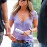 Jennifer Aniston hat mit ihren 47 Jahren einen beneidenswert festen Busen. Warum sollte sie den nicht auch so zeigen?