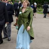 Laura Lopes, die Tochter von Herzogin Camilla zeigt sich im grün-blauen Seiden-Ensemble beim Pferderennen.