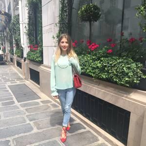 """Cathy Hummels reiht sich voll und ganz dem """"Pariser Chic"""" ein: mintfarbenes Blouson, gekrempelte Jeans, rote Schnürer und dazu passend eine gleichfarbige Lack Chanel Bag."""