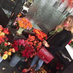 Cathy Hummels: Rote Rosen dürfen in der Stadt der Liebe nicht fehlen. Und diese passen sogar farblich zur Chanel-Bag in Lack-Optik.