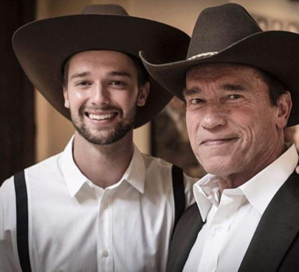 Patrick Schwarzenegger postet ein Foto von sich und seinem Vater Arnold Schwarzenegger im Partnerlook.