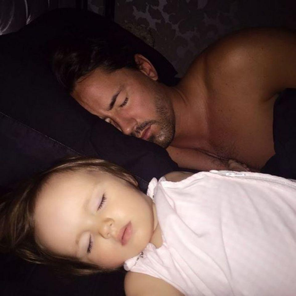 Tamara Ecclestone zeigt ihr Lieblingsbild von Jay Rutland mit Tochter Sophia.