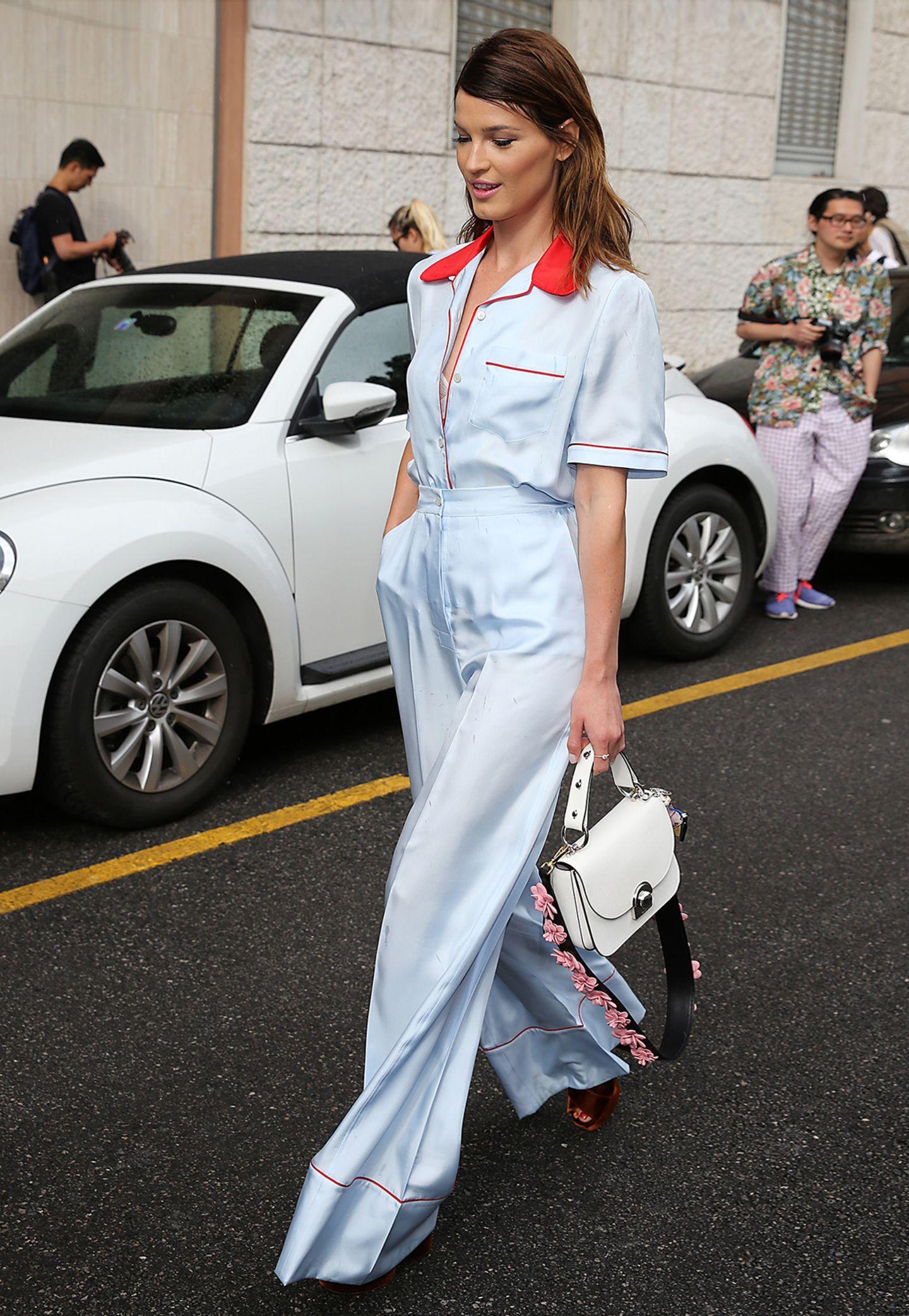 Fashion-Bloggerin Hanneli Mustaparta macht in der hellblau-roten Kombi mit weiter Marlene-Hose bei der Prada-Show mächtig Eindruck.