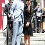 Armie Hammer zeigt sich im Gegensatz zu seiner in schwarzer Spitze gekleideten Frau Elizabeth Chambers bei der Fashion-Show von Salvatore Ferragamo im hellblauen Anzug richtig sommerlich.