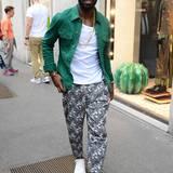 Es geht auch ohne Anzug: Der englische Rap-Star Tinie Tempah ist im lässig-sportlichen Outfit auf dem Weg zur Show von Dolce & Gabbana.