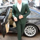 Luke Evans ist bei der Show von Ferragamo im waldgrünen Anzug ein heißer Hingucker.