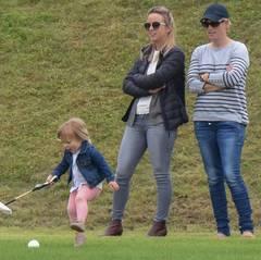 Die Zweijährige scheint Sport genauso ernst zu nehmen wie ihre Eltern. Zara Phillips ist schließlich erfolgreiche Vielseitigkeitsreiterin und Papa Mike Tindall war Rugbyprofi.