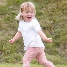 Mia Tindall hat großen Spaß am Rande des Charity-Polospiels in Tetbury, Gloucestershire. Hier rennt sie vor Mama Zara Phillips weg, die ihr eine Jacke anziehen will.