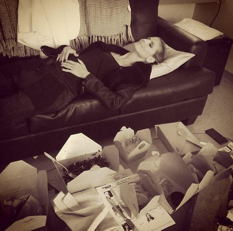 Nach diesem üppigen Lunch hat es Heidi Klum nicht mehr ins Bett geschafft. Das Sofa tut es auch.