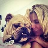 Bulldogge Albert und Frauchen Heidi Klum ziehen beim Powernap die gleiche Schnute.