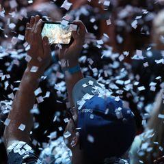 Ausgelassen feiert das Publikum den Musikpreis in Toronto. Natürlich werden immer wieder Handys gezückt um Erinnerungen an diesen Abend festzuhalten.