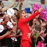 Gigi Hadid wird von den Fans auf dem roten Teppich stürmisch gefeiert. Das Model hält den Moment mit ihrem Handy fest.