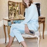 Auch Topmodel Julia Stegner verzaubert in schlichter Eleganz und testet das neue Lounge-Konzept.
