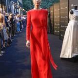 Ausgewählte Looks der neuen Herbst/Winter 2016-Kollektion zeigen eine intensive Farbpalette mit Rot-, Blau und Gelbtönen sowie eine betont feminine Silhouette.