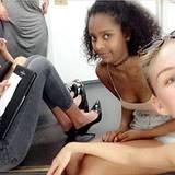 Julia und Yusra (beide rechts) warten mit zwei anderen Mädels auf die Castings.