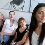Wiedervereint: Laura B., Lara Kristin, Elena und Fata posieren für ein gemeinsames Selfie.