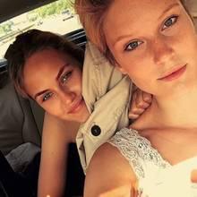"""""""Ab heute machen wir Berlin unsicher"""": Kim und Elena sitzen bei hochsommerlichen Temperaturen im Auto und befinden sich offenbar auf dem Weg in die Hauptstadt."""