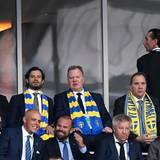 Auf der Tribüne tauscht sich der schwedische Prinz mit Fürst Albert aus. Belgien gewinnt die Partie mit 1:0 und ist weiter. Schweden muss nach Hause fahren.