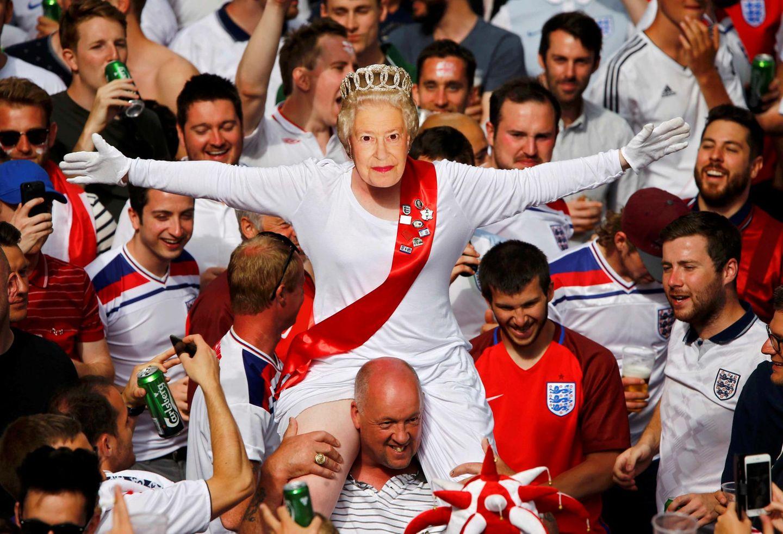 Die Königin im Stadion? Leider nicht ganz. Ein Fan hat sich beim Spiel England gegen die Slowakei mit einer Queen-Maske verkeidet.